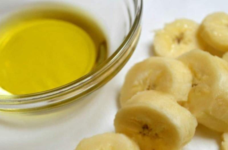 Παίρνει μία μπανάνα και ρίχνει από πάνω 2 κουταλιές της σούπας ελαιόλαδο - Ο λόγος; Απίθανο αποτέλεσμα