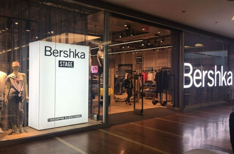 Bershka: H ασύμμετρη denim φούστα με σκισίματα είναι το κομμάτι που δεν πρέπει να λείπει από καμία γυναικεία ντουλάπα
