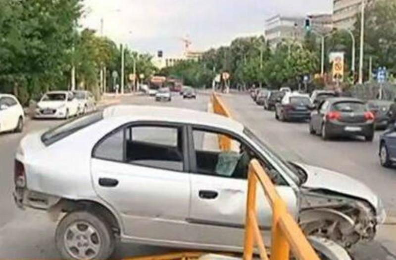 Φρικτό τροχαίο στη Θεσσαλονίκη: Αυτοκίνητο «καρφώθηκε» σε προστατευτικές μπάρες - Άφαντος ο οδηγός