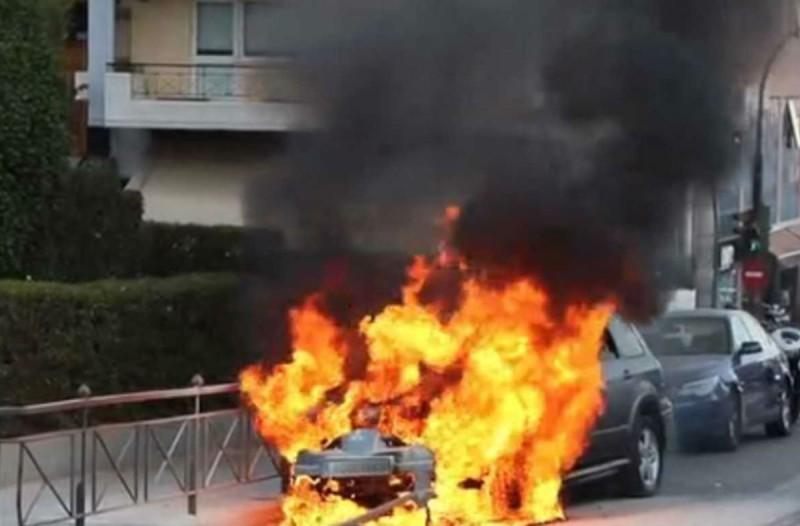 Γαλάτσι: Η στιγμή που αυτοκίνητο τυλίγεται στις φλόγες (Video)