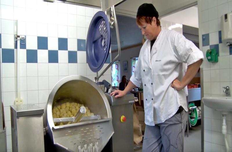 Έβαλαν κάμερες σε σχολικό κυλικείο για να δουν πως φτιάχνονται τα φαγητά - Τα παιδιά μας τρώνε...