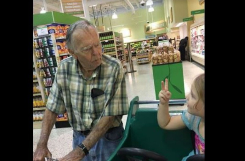 Η κόρη μίας μητέρας μιλάει με έναν κύριο στο σούπερ μαρκετ