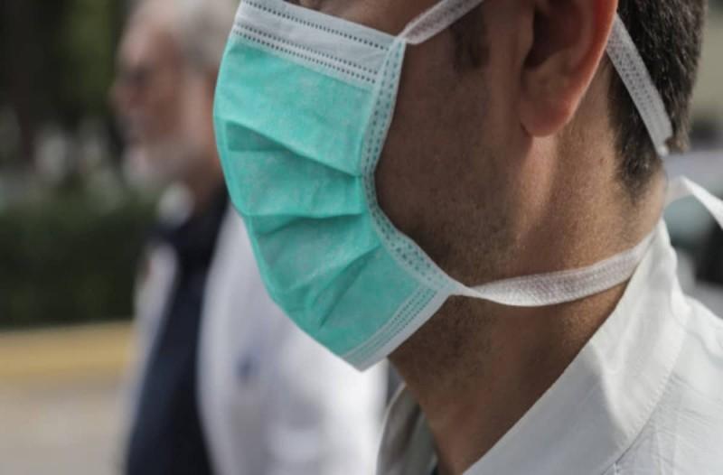 Κορωνοϊός: Υποχρεωτική η χρήση μάσκας σε όλους τους κλειστούς χώρους