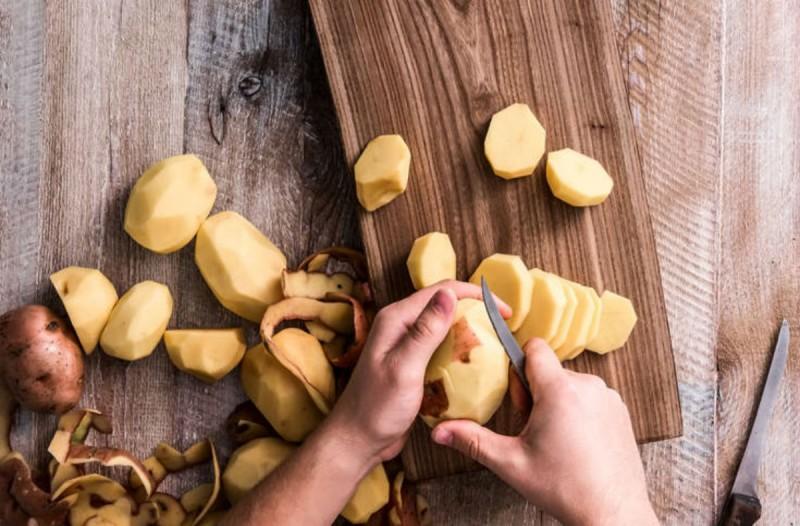 Το απίστευτο κόλπο για να ξεφλουδίσετε τις πατάτες σας σε χρόνο μηδέν