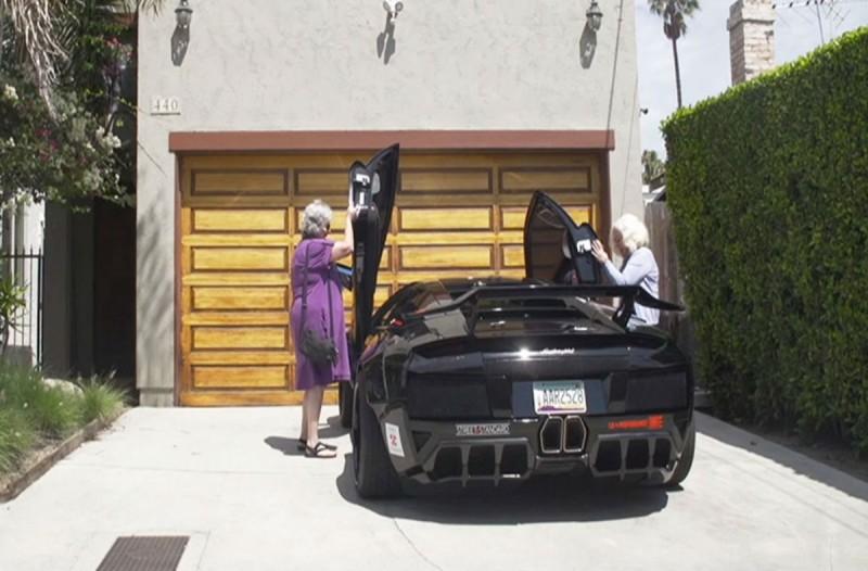 Δυο γιαγιάδες πήραν βόλτα μια Lamborghini - Δεν περίμενε κανείς αυτό που έκαναν μετά...