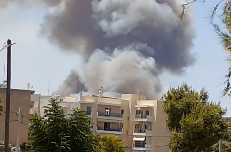 Φωτιά στο Λαύριο: Εκκενώνονται 4 οικισμοί & κατασκήνωση (photo-video)
