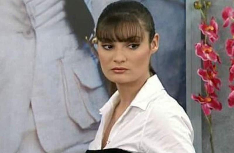 Ημίγυμνη η «ξινή Μαρκέλλα» από την σειρά «Μαρία η άσχημη» - Η topless φωτογραφία της Φιλίτσας Καλογεράκου