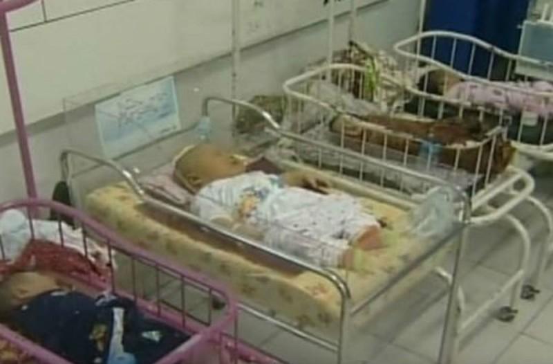 Μια μητέρα έφερε στη ζωή ένα υγιέστατο μωράκι - Περιμένετε όμως να δείτε τι συμβαίνει μόλις η κάμερα κάνει zoom...