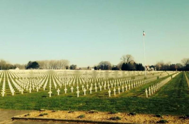 14χρονος τράβηξε μια φωτογραφία σε ένα νεκροταφείο πολέμου - Αυτό που είδε μετά τον ανατρίχιασε