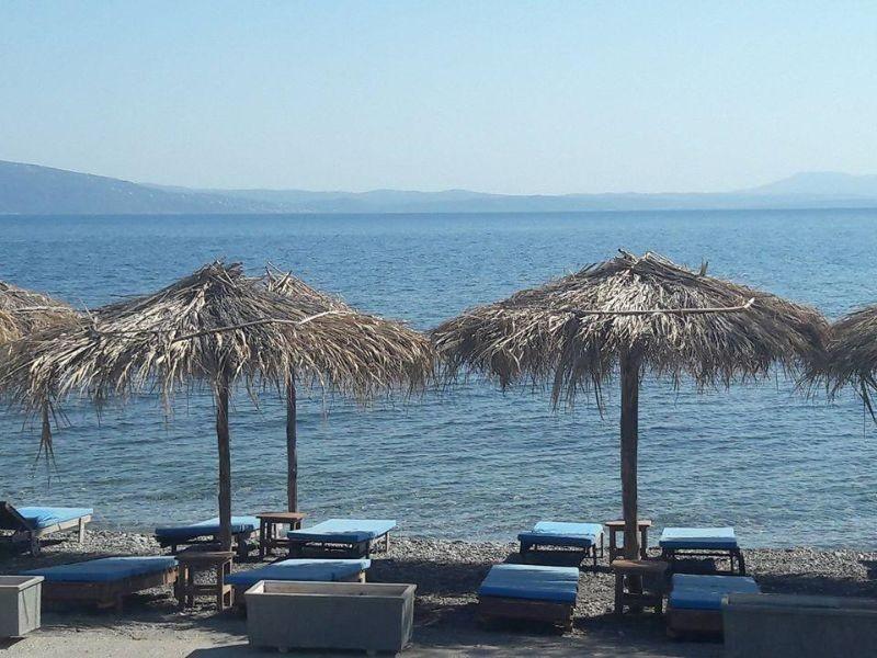 nisi beach bar αγιοι αποστολοι παραλία για καφε