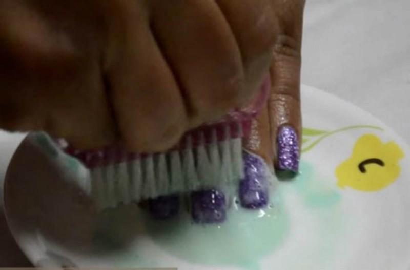 Τρίβει τα νύχια της με λεμόνι και οδοντόκρεμα - Το αποτέλεσμα θα σας αφήσει άφωνες
