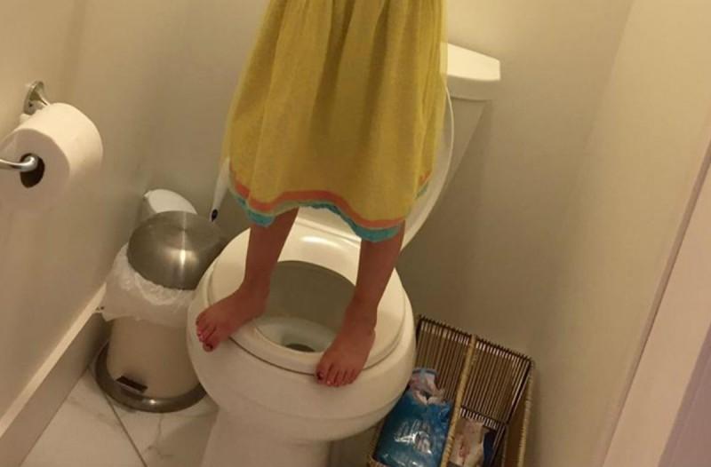 Η φωτογραφία ενός μικρού κοριτσιού στην τουαλέτα προκάλεσε χαμό - Ο λόγος είναι σοκαριστικός