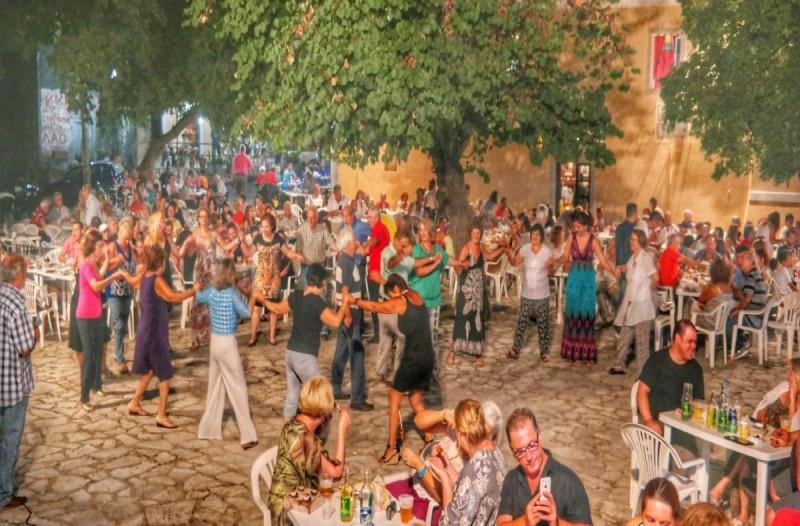 Ανησυχητική η αύξηση των κρουσμάτων κορωνοϊού στην Ελλάδα - Πιθανό να απαγορευτούν τα πανηγύρια
