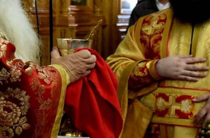 Ιερέας διέκοψε τη λειτουργία για πιστή που φορούσε μάσκα – «Δεν θέλω καρναβάλια...»