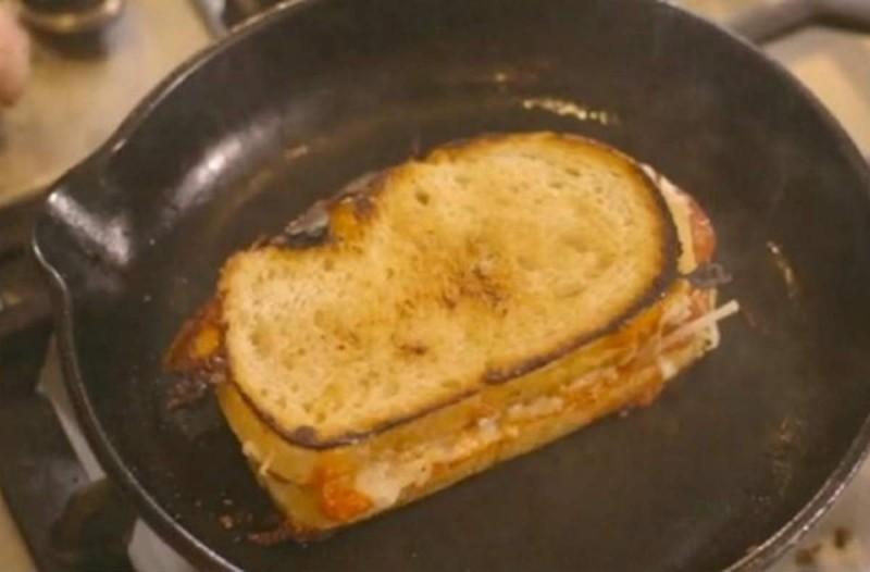 Φαίνεται σαν ένα απλό σάντουιτς. Όμως αυτό που έχει μέσα θα σας κάνει να σας τρέχουν τα σάλια