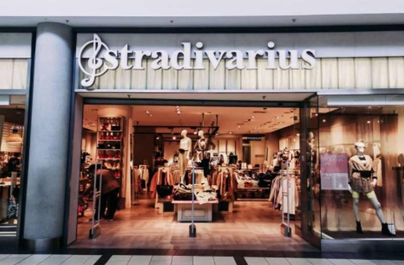 Stradivarius: Ξεπουλάνε σαν τρελά αυτά τα ανάγλυφα πέδιλα