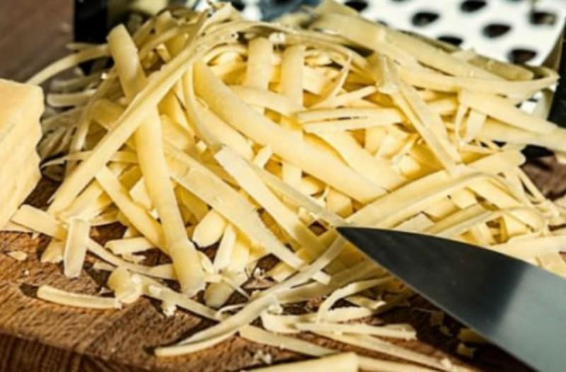 Κόβετε το τυρί με αυτό τον τρόπο; Ξεχάστε ό,τι είχατε δει από τη μαμά σας (Video)