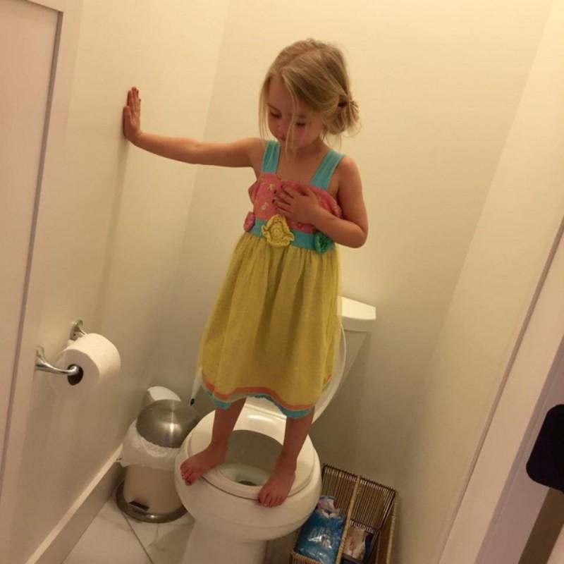 κοριτσάκι πάνω στη τουαλέτα