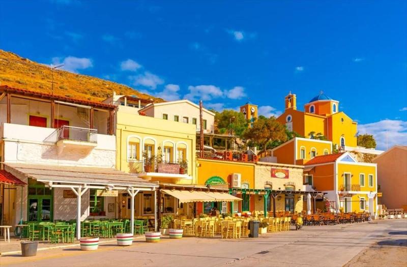 Επίγειος παράδεισος: Το μαγικό νησί, 40 λεπτά από την Αττική, που θα περάσεις τις διακοπές σου με 10 ευρώ την ημέρα!