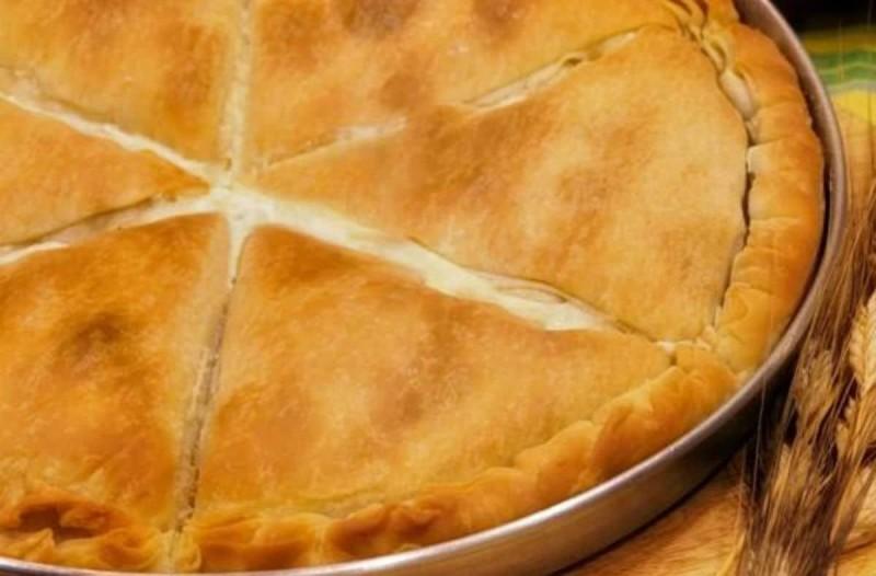 Χωριάτικη τυρόπιτα με τραγανό φύλλο και πλούσια κρέμα τυριού