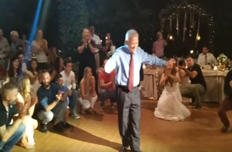 Το ζεϊμπέκικο του μπαμπά της νύφης που έκανε τα πατώματα να...τρίξουν -