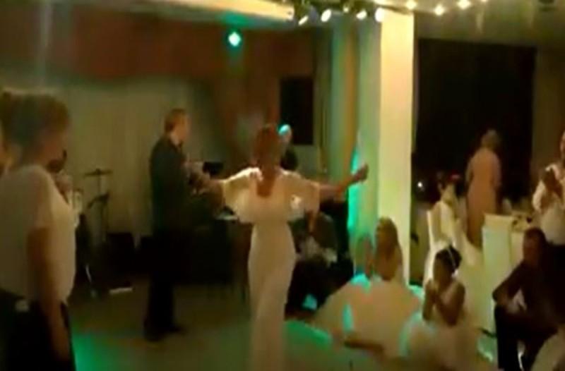 Το ανεβαστικό ζεϊμπέκικο της πεθεράς σε γάμο -