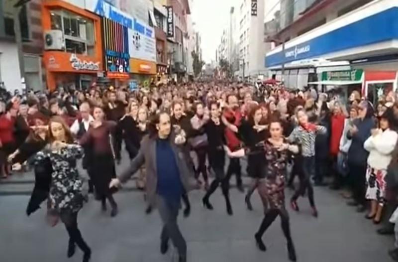Τούρκοι χορεύουν το ζεϊμπέκικο της Ευδοκίας στην Σμύρνη - Απέραντη συγκίνηση