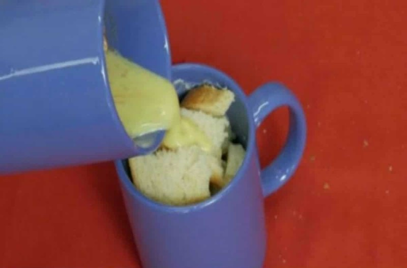 Ρίχνει αυτό το μείγμα σε μια κούπα με ψωμί - Το πιο εύκολο και απολαυστικό πρωινό