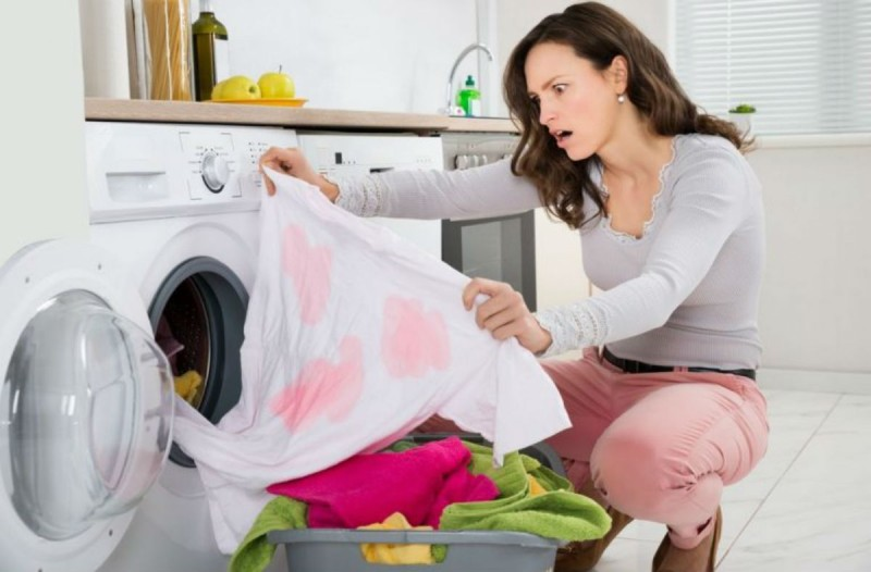 Το απίστευτο κόλπο που θα σώσει τα ρούχα σας που έβαψαν στο πλυντήριο