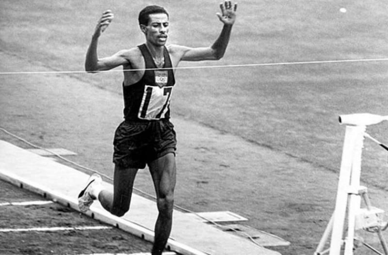 Αμπέμπε Μπικίλα, θρυλικός Αιθίοπας μαραθωνοδρόμος, χρυσός ολυμπιονίκης το 1960 και το 1964