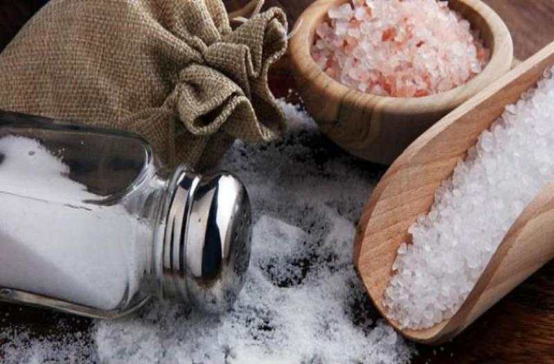 Πρόσθεσε στα φαγητά της λίγο παραπάνω αλάτι και απαλλάχτηκε από το μεγαλύτερο μαρτύριο του καλοκαιριού