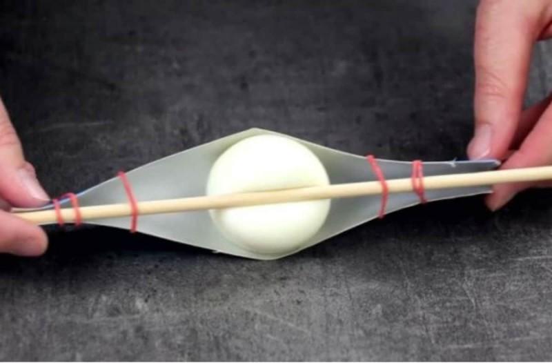 Παίρνει ένα βραστό αυγό και το στερεώνει στο ξυλάκι με τα λαστιχάκια - Το αποτέλεσμα; Θα σας αφήσει με ανοιχτό το στόμα (photo)