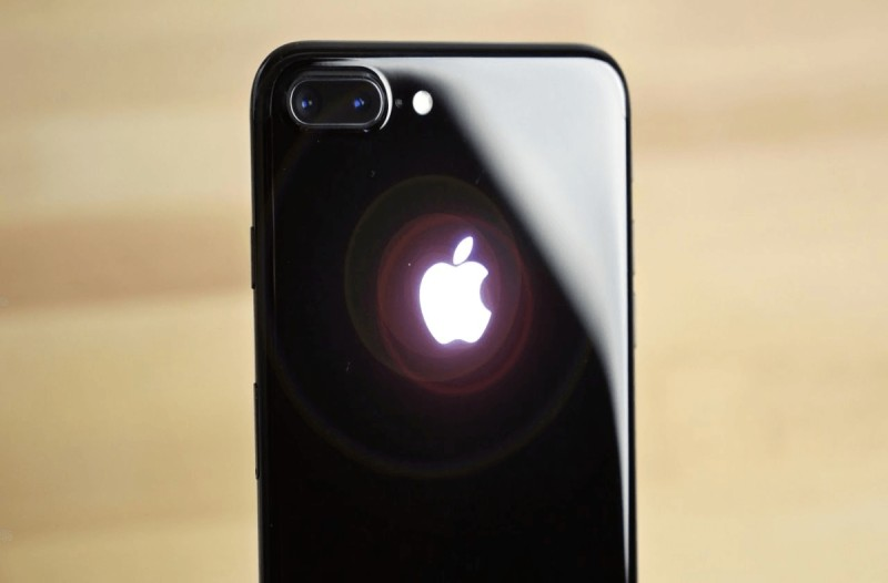 Το κόλπο για να ανάβει το μήλο στο Iphone κινητό σας στο σκοτάδι!