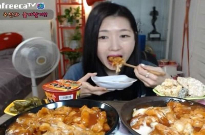 Κάθεται μπροστά από την κάμερα του υπολογιστή της και τρώει - Η συνέχεια θα σας κάνει να