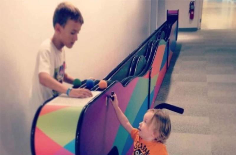 Μητέρα έβγαλε φωτογραφία ένα αγόρι να παίζει με το γιο της - Σήμερα ψάχνει...