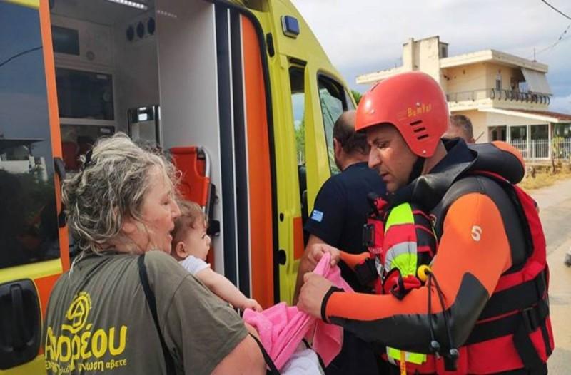 «Αυτό που ζήσαμε ήταν...» - Συγκινεί ο πυροσβέστης που διέσωσε και φίλησε το μωρό στην Εύβοια