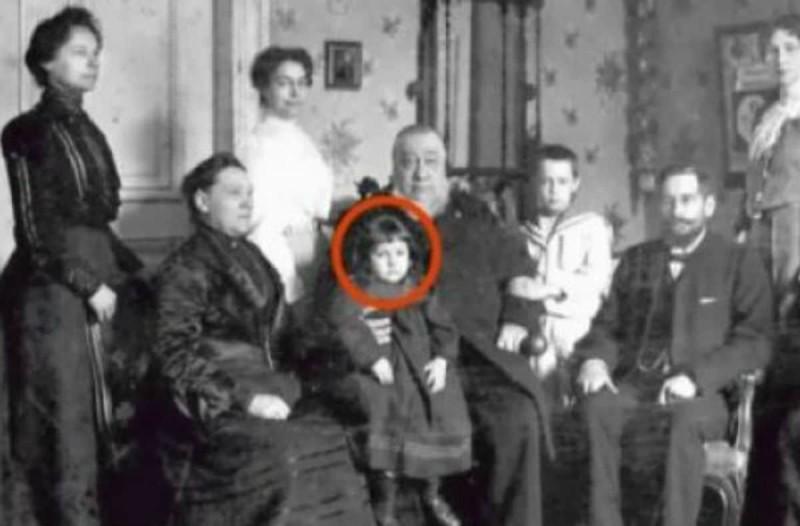 Γονείς κοιτάζουν την παλιά φωτογραφία και παγώνουν - Αυτό που βλέπουν αποκλείεται να είναι αλήθεια...