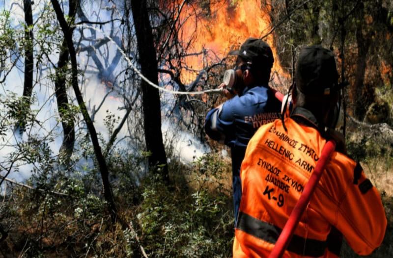Φωτιά στην Ικαρία: Εκκενώνονται οικισμοί