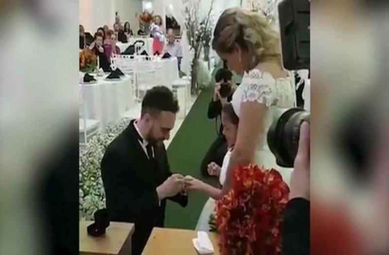 Γαμπρός προσφέρει ένα δαχτυλίδι στο παρανυφάκι - Η πρόταση που έκανε στη μικρή σοκάρει