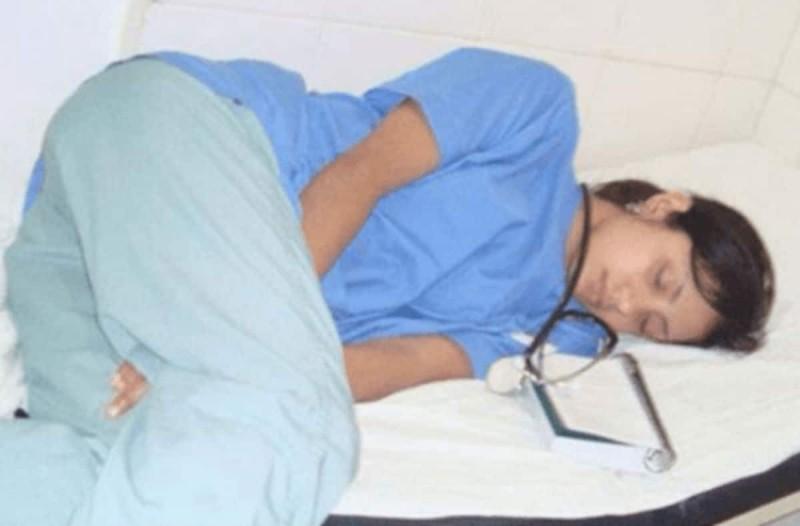 Φωτογράφισαν μία γιατρό να κοιμάται στη βάρδιά της - Δεν περίμεναν όμως αυτό που θα ακολουθούσε