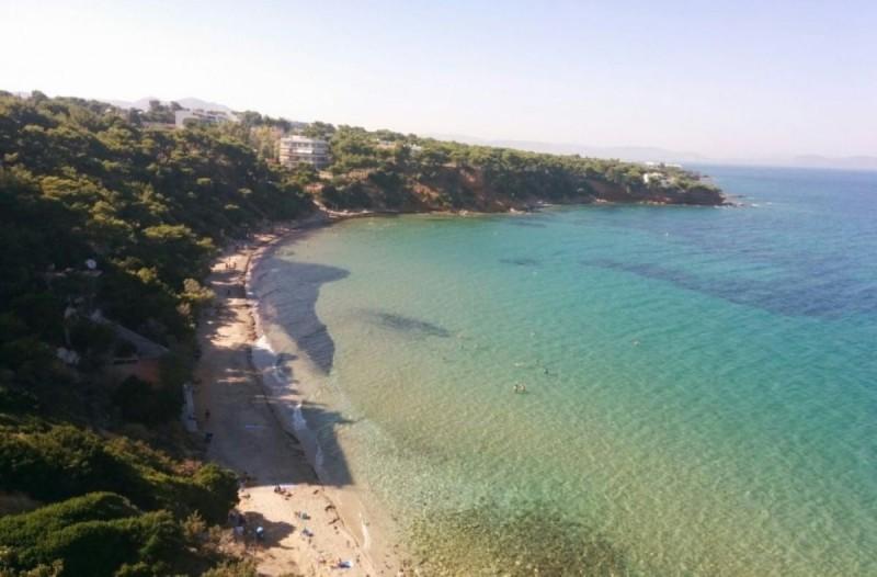 Παραμυθένιες: Οι πιο όμορφες παραλίες στην Αττική με φυσική σκιά μας περιμένουν