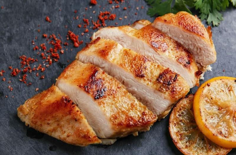 Ο λόγος που απαγορεύεται δια ροπάλου να ξαναζεστάνετε το κοτόπουλο