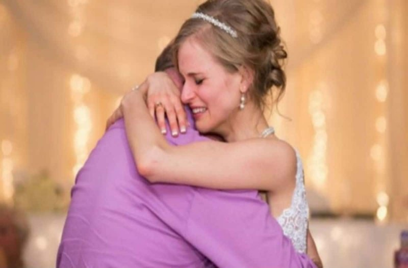 Ραγίζει καρδιές: Νύφη χορεύει αγκαλιά με έναν άντρα - Μόλις δείτε ποιος είναι θα δακρύσετε