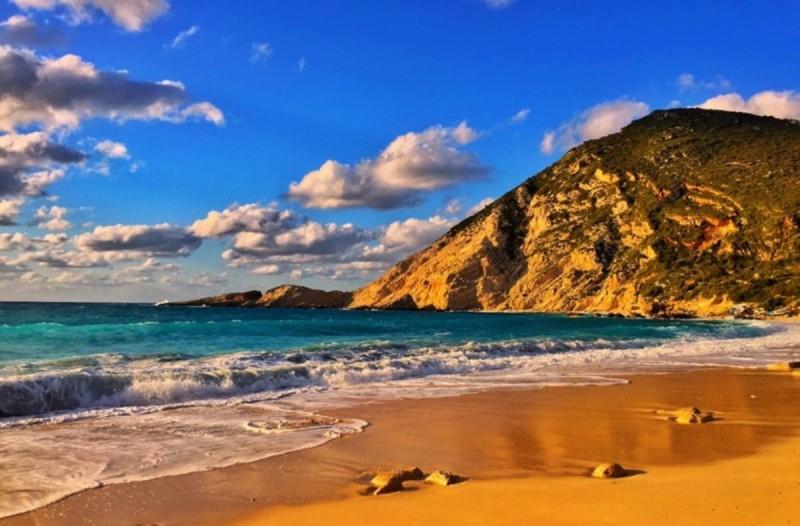 Αληθινό διαμάντι: Η παραλία στο Ιόνιο που ελάχιστοι γνωρίζουν και μοιάζει με καρτ-ποστάλ
