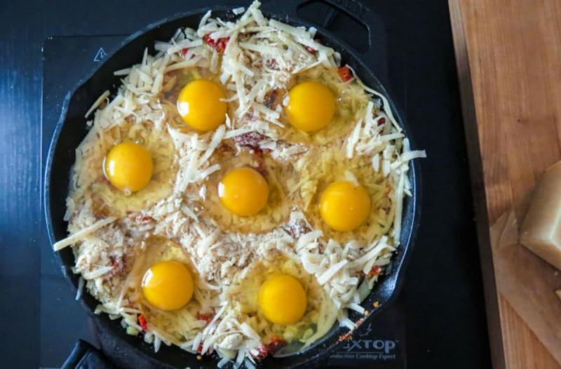 Γέμισε ένα ταψί με τριμμένο τυρί και από πάνω έριξε 7 αυγά - Μόλις το βγάλει από το φούρνο, θα σας τρέχουν τα σάλια