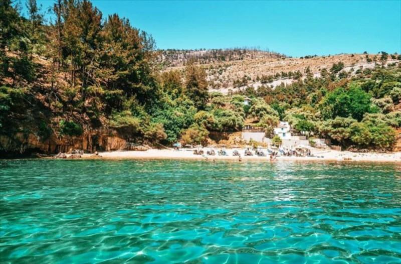 Το σμαραγδένιο νησί του Αιγαίου που θυμίζει παράδεισο