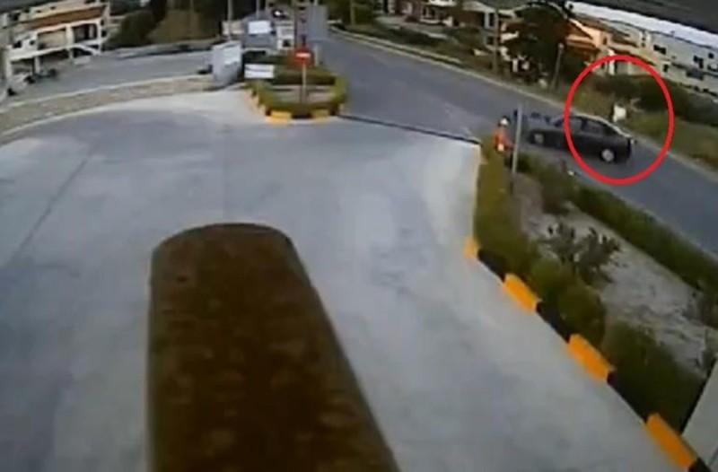 Συνταρακτικό βίντεο: Μοτοσυκλετιστής συγκρούστηκε με αυτοκίνητο και εκσφενδονίστηκε στα 10 μέτρα