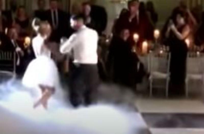 Ο γαμπρός μπαίνει στη δεξίωση του γάμου - Μόλις πιάνει το χέρι της νύφης μένουν όλοι άφωνοι