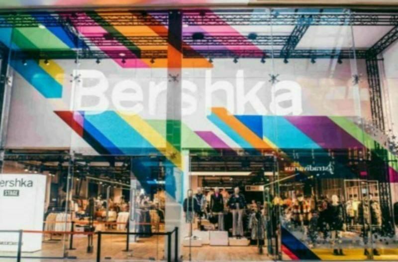 Βρήκαμε στα Bershka το καρό μπλέιζερ που κάνει πάταγο με μόλις 17,99€