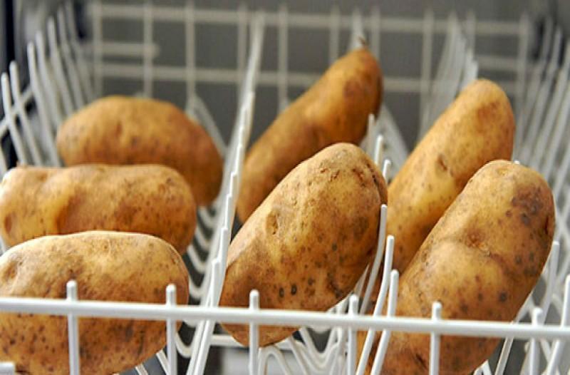 Έβαλε στο πλυντήριο πιάτων ολόκληρες πατάτες - Μόλις μάθετε το λόγο θα τρέξετε να το κάνετε
